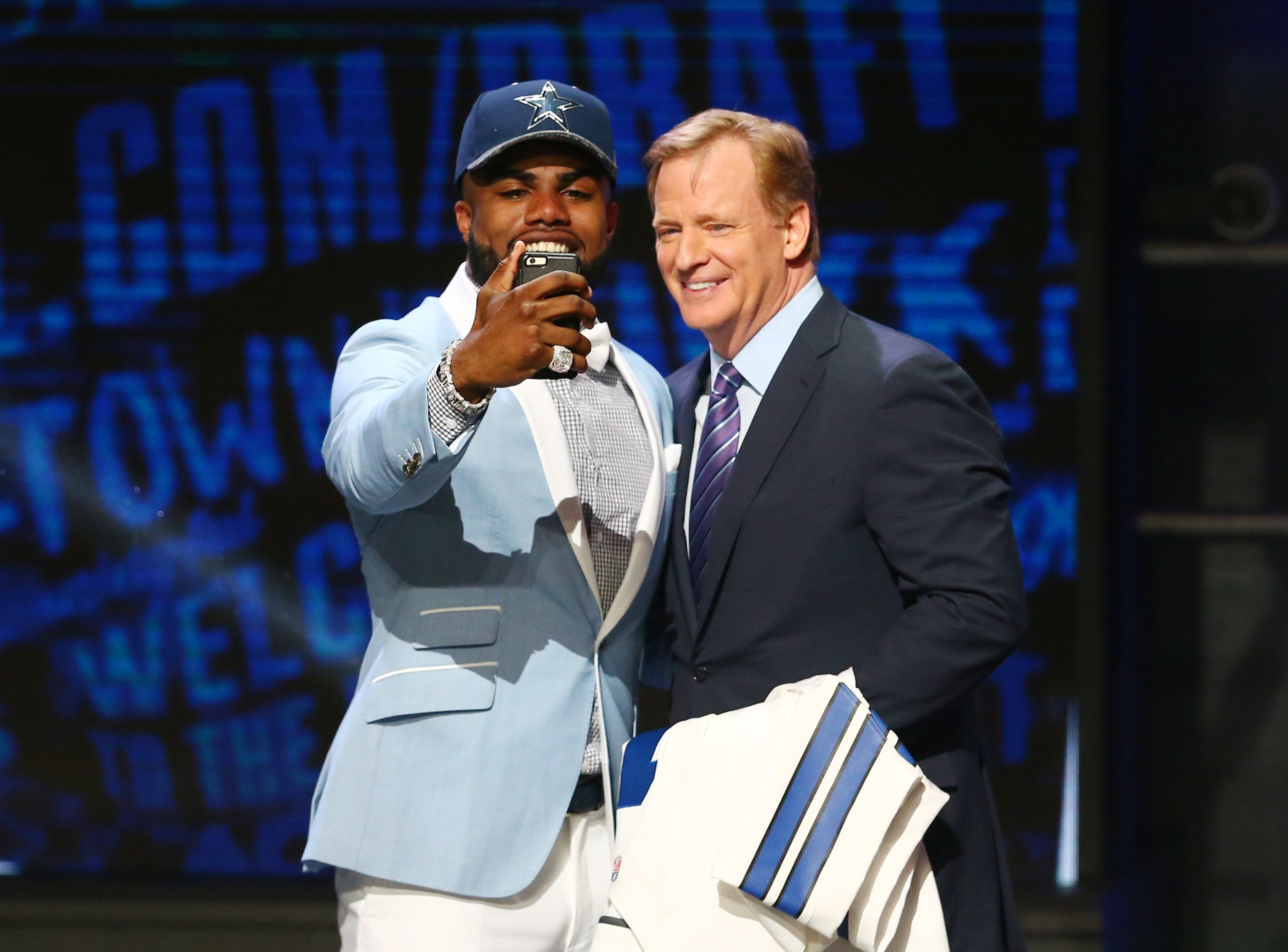 Cowboys Headlines - PHOTO: Ezekiel Elliott In Full Cowboys Uniform For First Time